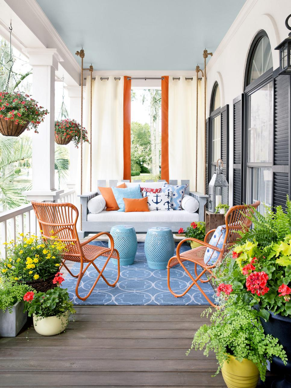 8 budget friendly spring front porch decor ideas for Indoor patio decorating ideas