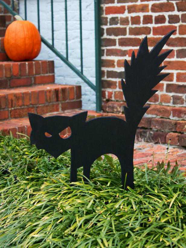 Black cat Halloween yard decor.